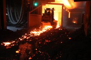 Beim Stahlwerk Peiner Träger arbeiten Laderaupen vom Typ 973D am Limit: Sie laden glühend heiße Elektroofen-Schlacke, ein Nebenprodukt der Stahlproduktion.