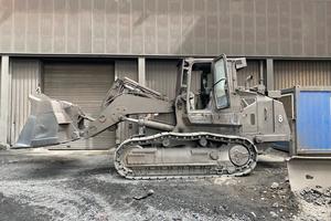 Trotz all der Schutzvorrichtungen unterliegen die Maschinen einem starken Verschleiß – schon nach den ersten Betriebsstunden legt sich um das gelb-schwarze Design eine graue Schicht aus Staub und die Maschinenfarbe verbrennt nach und nach.