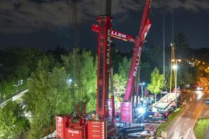 In über 37 Meter Entfernung packt der 750-Tonnen-Mobilkran die Last und muss dazu über den LTM 1400/1 hinweg hantieren.<br />