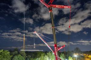Nachtschicht: mit viel Technik und Manpower absolviert Kran-Saller den Einhub eines 61 Tonnen schweren Bauteils für eine Fußgängerbrücke in München-Solln.