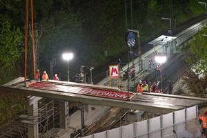 Das Stahlbeton-Element wird in einer Distanz von 30 Metern über der gesperrten Zugtrasse auf seine Pfeiler gesetzt.<br />