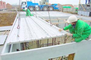 Elementdecke mit mechanisch aufgerauter Oberfläche während der Kellermontage