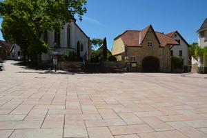 Nach der Sanierung wirkt der Platz mit den großformatigen Steinen ruhig und harmonisch.