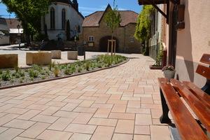 """Der gelblich-ocker melierte Farbton """"Colorato"""" sorgt für Wärme und ein harmonisches Ambiente zwischen der Kirche und dem Straßenraum."""