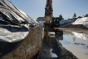 Spontan auftretendes Regenwasser oder anstehendes Grundwasser in der Baugrube spielen beim Einsatz einer Fräse keine Rolle, denn der Lösevorgang wird sogar erleichtert.