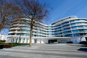 Miteinander verschmolzene Kreise – inspiriert von den Windungen der Außenalster – bilden die Grundform des Luxushotels The Fontenay. Der Kreis wird dadurch auch im Inneren zum prägenden Element.