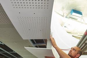 Maßarbeit. Die aus Lochplattensegmenten vorgefertigten Schürzenelemente schaffen die perfekte Rundung.