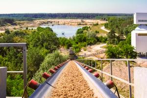 Kalksandsteine bestehen aus den natürlichen Rohstoffen Kalk und Sand. Der Sand wird in unmittelbarer Nähe zum jeweiligen Produktionsstandort gewonnen.