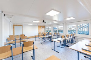 Helle, voll klimatisierte Räume schaffen eine freundliche und produktive Lernatmosphäre.