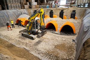 Auf der Baustelle kommen Rigolentunnel zum Einsatz. Diese können im Bedarfsfall durch weitere leistungsstarke Produkte für unterschiedliche, individuelle Entwässerungslösungen oder dezentrale Regenwasserbehandlungsanlagen in kompakter Bauweise ergänzt werden.
