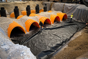 Die Rigolentunnel MC-4500 können Niederschlagswasser durch Versickerungsprozesse dem Grundwasser auf natürliche Weise zuführen. Auf Wunsch des Bauherrn wurden alle Rigolentunnel als Sedimentationstunnel (Isolator Row) ausgearbeitet und mit einem Bändchengewebe zwischen Schotter und der Isolator-Row-Kammer versehen.