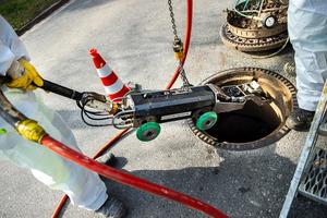 Die Schachtöffnung reicht: Ein eCutter oder etwa die PI.Tron Spachtel- und Verpressroboter können durch den Einstiegschacht in den Kanal abgelassen werden.<br />