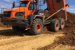 Der DA45-7 schafft es auch bei nassem und rutschigem Untergrund problemlos, seine 41 Tonnen Nutzlast an Material zu transportieren.