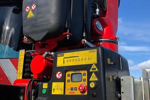 Sämtliche Elektronikkomponenten rüstete der Kranspezialist auf die bei Traktoren übliche Bordspannung von 12 Volt um.