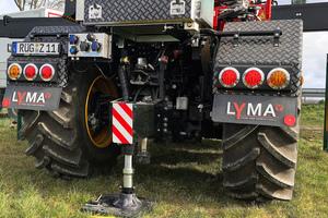 Eine dritte Abstützung gewährleistet zusammen mit einem vorn am Fahrzeug angebrachten Kontergewicht über 360 Grad hundert Prozent Standsicherheit des Fassi F135 A.2.23 Dynamic.<br />