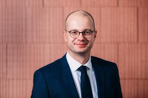 Dr. Matthias Frederichs, Hauptgeschäftsführer des Bundesverbands der Deutschen Ziegelindustrie e. V., begrüßt das Inkrafttreten des Gebäudeenergiegesetzes und unterstützt die Maßnahmen der Bundesregierung zur Senkung der CO2-Emissionen im Gebäudebereich.