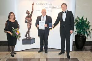 Freuen sich über die Ehrenplakette beim Großen Preis des Mittelstands: Ferdinand und Ruth Munk, die Geschäftsführer der Günzburger Steigtechnik GmbH erhalten den Sonderpreis von Christian Wewezow (r), Vorsitzender des Kuratoriums der Oskar Patzelt Stiftung.