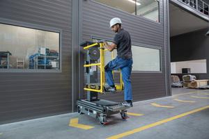 Die Kleinsthubarbeitsbühne wird ohne Strom betrieben und lässt sich so mobil und völlig ortsunabhängig einsetzen.