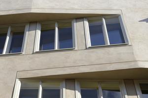 Über der Natursteinfassade im Erdgeschoss setzt die gefilzte Putzfassade aus Muschelkalkputz an. Letzterer wurde durch eine goldfarbene Lasur verkieselt.