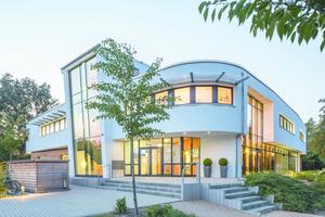 Die Architektur des Familienzentrums zeichnet sich durch runde Formen und ein freundlich wirkendes Erscheinungsbild aus.