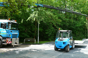 Am Tag vor Anlieferung der Module wurden die Baustraßenelemente von einem LKW mit Ladekran und einem Stapler verlegt.