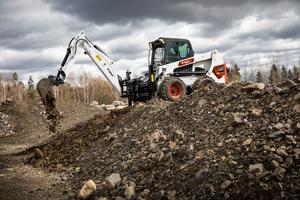Da der neue Anbaubagger leichter ist als die vorige Generation, steigert dies die Stabilität und Sicherheit im Betrieb.