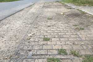 Die RoadEdgePave-Bankettbefestigung kann auch mehrreihig verlegt und zur Straßenverbreiterung genutzt werden.