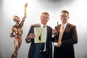 BKL bei der Preisverleihung in Würzburg (v.l.n.r.): Robert Popp und Jörg Hegestweiler aus der BKL Geschäftsführung nahmen die Auszeichnung entgegen.<br />