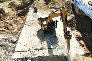 Mit Hydraulikhammer und hydraulischer Abbruchschere rückten die Bagger der Brücke zu Leibe.