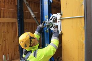 Für die nachträgliche Anbringung der Schutzschilde am Bestand entwickelten die Ingenieure in Abstimmung mit dem Kunden projektspezifische Sonder-Aufhängestellen.<br />