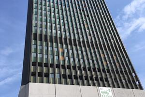 Für den Büroturm mit 116 Metern Höhe wurden 17 Schilde à 6 x 10 m verbaut. Ein Schutzschild in dieser Größe wiegt bis zu 5,4 t.<br />