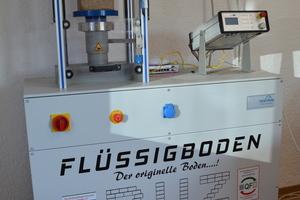 Während der Produktion des Flüssigbodens werden im Labor der Firma Kuhn pro Charge 5 Probenwürfel hergestellt.