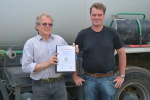 Die Firma Clausing Tiefbau aus Osnabrück ist seit letztem Jahr in Besitz des BQF-Qualitätszeichens. Christian Staub und Stephan Lemke präsentieren die Urkunde.