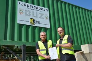 Uwe Kuhn und Daniel Zentler von der Firma Erdbau Kuhn in Kirchhardt präsentieren die BQF-Qualitätsurkunde.