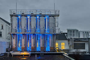 Diverse Leitungen verbinden das Hauptgebäude von Weinrich mit dem neuen Tanklager. Für die druckwasserdichte Abdichtung der Medienrohre hat Doyma-Plattenkonstruktionen geliefert<br />