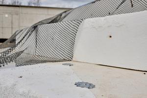 Die AirPor-Blöcke werden stufenweise eingesetzt, wobei die einzelnen Lagen mithilfe von speziellen Krallendübeln zusammengehalten werden.
