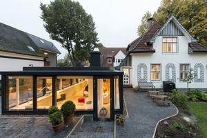 Mit einem Anbau wurde die Wohnfläche eines denkmalgeschützten Einfamilienhauses in Hamburg erweitert.