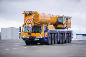 Der Kran verfügt über einen 80-Meter-Hauptausleger, der eine maximale Traglast von bis zu 195,5 Tonnen ermöglicht.
