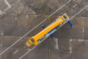 Für die Straßenzulassung ließen sich die Zielvorgaben eines längeren Auslegers und stärkerer Traglasten nur auf sieben Achsen realisieren.