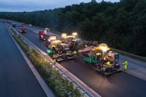 """""""Heiß an heiß""""-Einbau mit zwei Super 1800-3i SprayJet: Die Vögele Sprühtechnologie hat sich über viele Jahre bei vielfältigen Einsätzen weltweit bewährt – so auch auf der Express-Autobahnbaustelle bei Duisburg."""