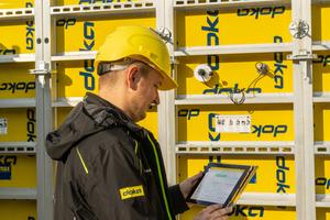 DokaXact ist das erste interaktive, sensorbasierte System zur präzisen Positionierung von Wandschalungselementen für vertikale Bauwerke, wie beispielsweise Betonkerne von Hochhäusern.