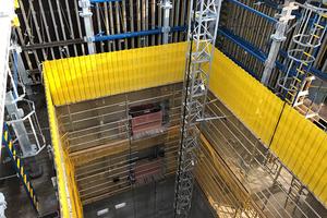 Ein Blick in das Innere des Gebäudekerns zeigt die sicheren Zugänge vom Bauaufzug zur Doka-Kletterschalung.