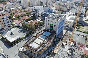 links: Das von Trapezaris Construction errichtete Gebäude fällt mit seinen konvex gewölbten Längsseiten auf.