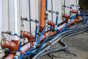 Containeranschlüsse mit innenliegender, selbstregulierender Rohrbegleitheizung als zuverlässiger Frostschutz.