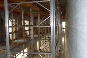 Die hohe Tragfähigkeit der Minimax-Aluträger reduzierte auch im Bereich des Treppenhauses die Anzahl der Traggerüsttürme aus Ischebeck-Titan HV. Stützenmaterial, das nicht gekauft oder gemietet, nicht transportiert und nicht aufgestellt bzw. ausgebaut werden muss, bedeutet weniger Kosten.