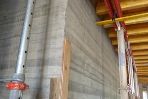 Für die verlangte horizontale Sichtbeton-Brettstruktur der Innenwände hatte Edbauer & Dormeyer seine Rahmenschalung mit gehobelten Nut- und Federbrettern aufgedoppelt und zu bis zu 15 m langen Elementen gekoppelt. So wurden vertikale Stöße weitgehend minimiert.