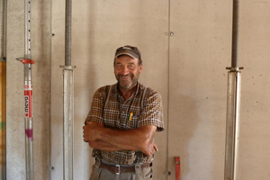"""Firmenmitinhaber Roland Dormeyer, der die Baustelle in Personalunion als Bauleiter und Polier betreut, ist erklärter """"Minimax-Fan"""": """"Die schwinden nicht wie Holz, quellen und faulen nicht, und niemand traut sich, die Aluträger abzusägen. Wir haben damit seit Jahren die besten Erfahrungen gemacht."""""""