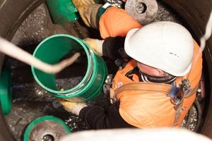 Bewältigt auch extremere Schäden und stellt die Statik des Kanals wieder her: das Tight-In-Pipe-Verfahren (TIP).