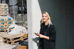 Vera Hauer, Projektleiterin bei Tucher Beratende Ingenieure Projekt-management, dokumentiert Baumängel im Rahmen ihrer Bauüberwachung inzwischen digital.