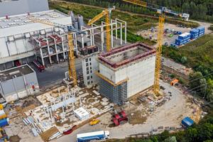 Die Fertigstellung des knapp 30 m hohen Bunkers samt Schaltanlagengebäude, Anlieferhalle und Treppenhaus erfolgten auf einem beengten Baufeld neben der im Betrieb befindlichen Abfallverbrennungsanlage sowie unter Berücksichtigung hoher Dichtigkeitsanforderungen.